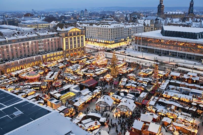 Opinión azul de la noche del mercado de la Navidad en Dresden foto de archivo