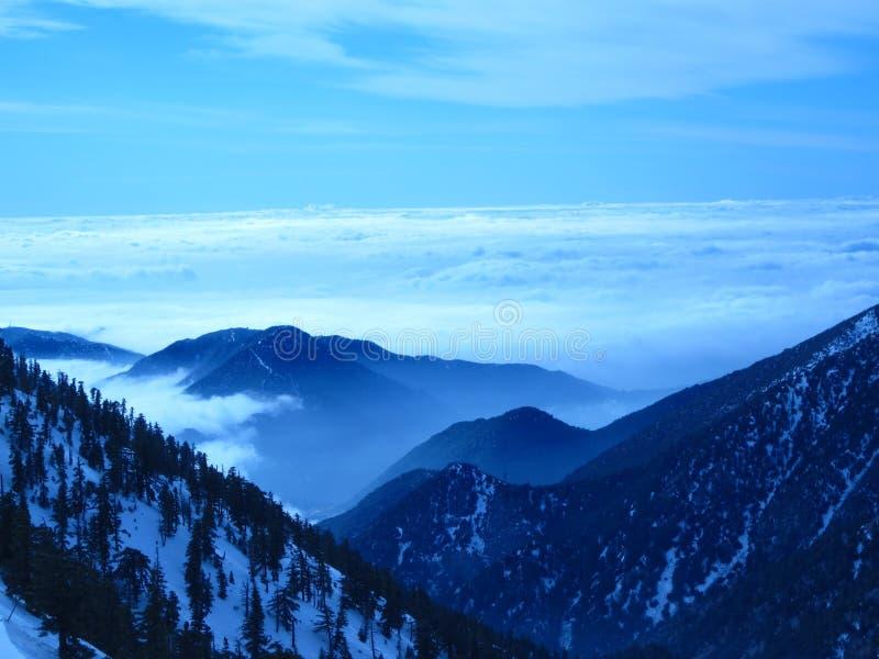 Opinión azul nublada de la cima de la montaña imágenes de archivo libres de regalías