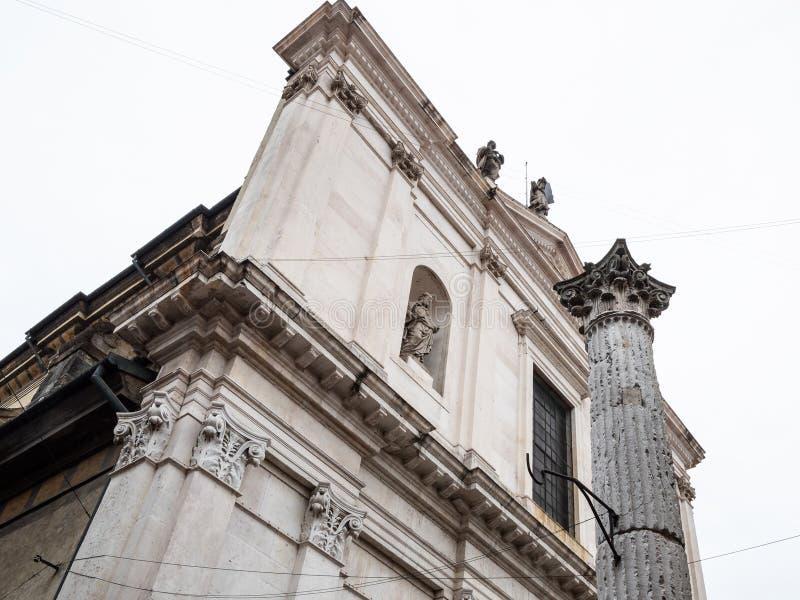 opinión Basilica di Sant'Alessandro en Colonna imagenes de archivo