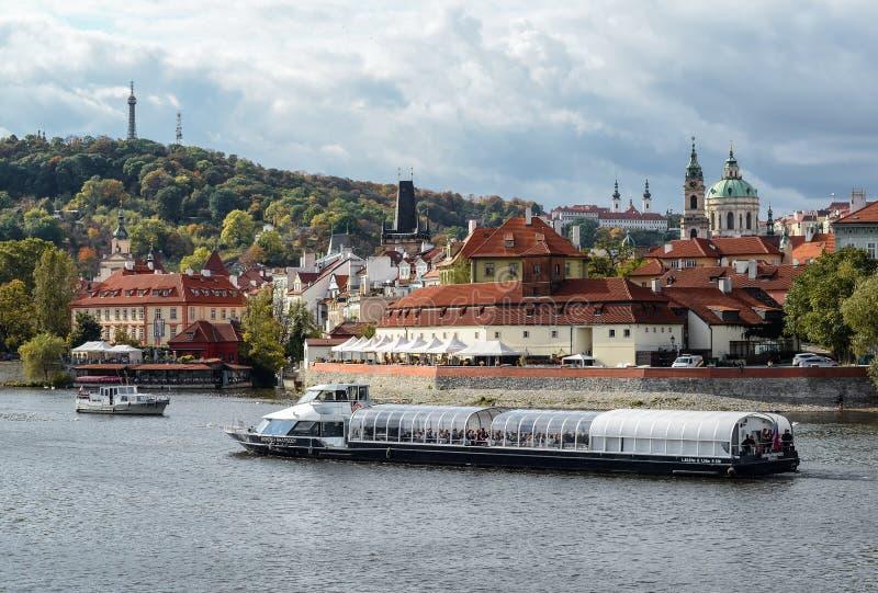 Opinión brillante y hermosa del otoño sobre el río de Moldava y las naves de los turistas foto de archivo libre de regalías