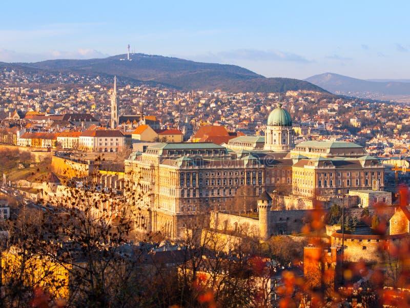 Opinión Buda Castle de la colina en la tarde soleada, Budapest, Hungría, Europa, sitio de Gellert del patrimonio mundial de la UN fotografía de archivo