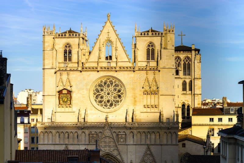 Opinión católica de la puesta del sol de la catedral de Lyon fotografía de archivo libre de regalías