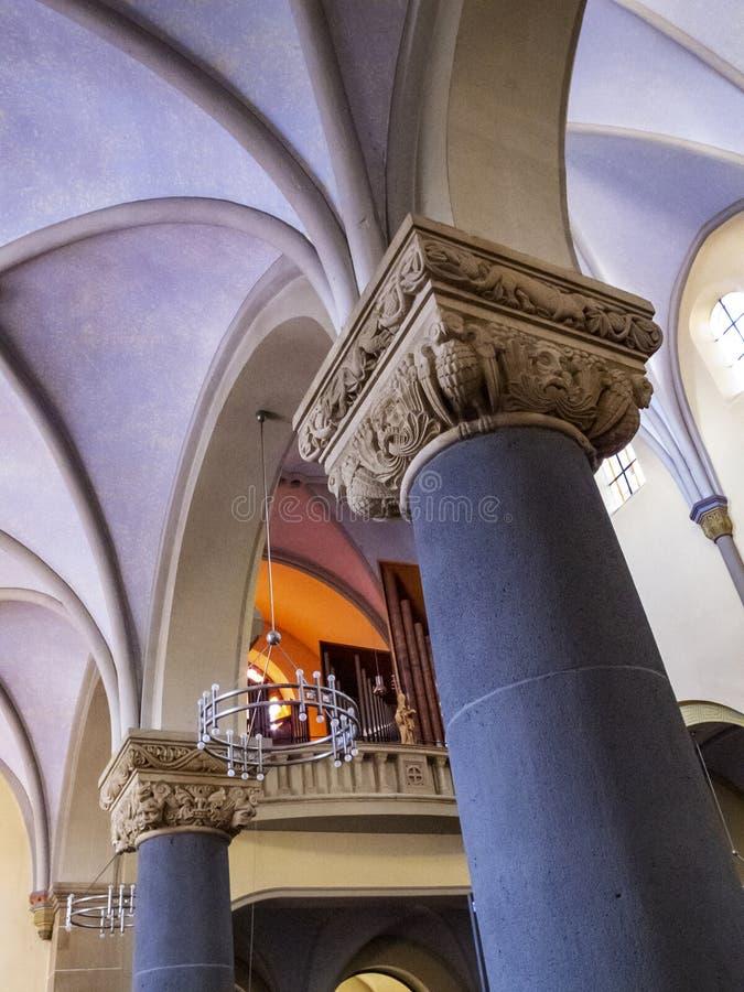 Opinión cercana de la columna interior con las decoraciones capitales hermosas en Herz-Jesu Church o la iglesia del corazón sagra foto de archivo libre de regalías