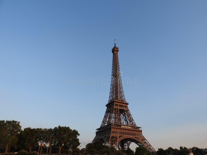 Opinión cercana de la torre Eiffel de la estructura en París, Francia imágenes de archivo libres de regalías
