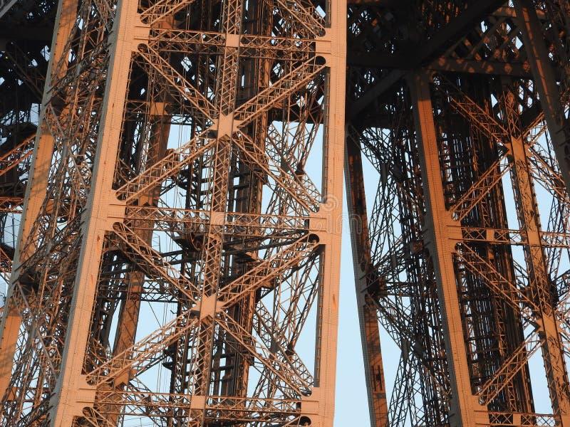 Opinión cercana de la torre Eiffel de la estructura en París, Francia fotos de archivo libres de regalías