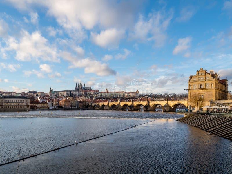 Opinión Charles Bridge, castillo de Praga con el santo Vitus Cathedral foto de archivo