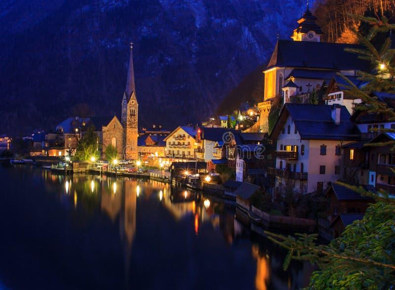 Opinión clásica de la noche de la postal del pueblo alpino de Hallstatt en el lago Hallstatt fotografía de archivo