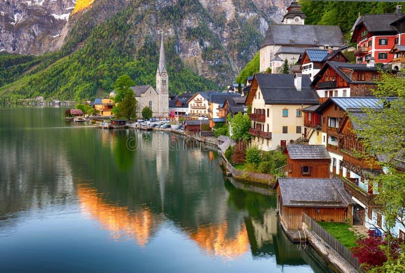 Opinión clásica de la postal del reflecti famoso de la ciudad de la orilla del lago de Hallstatt fotografía de archivo libre de regalías