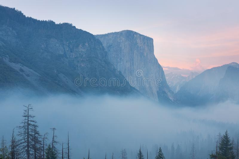 Opinión clásica del túnel del valle escénico de Yosemite con el EL famoso Capitan y de las cumbres de la escalada de la bóveda de imagenes de archivo