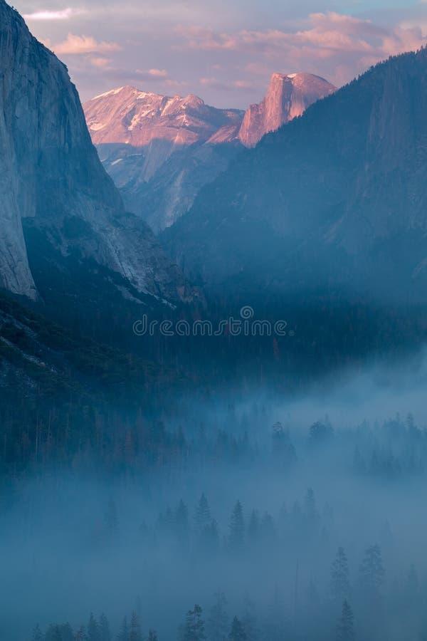 Opinión clásica del túnel del valle escénico de Yosemite con el EL famoso Capitan y de las cumbres de la escalada de la bóveda de foto de archivo