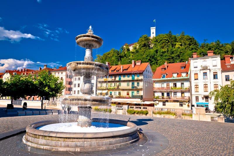 Opinión colorida de la fuente y del castillo de Ljubljana imagenes de archivo