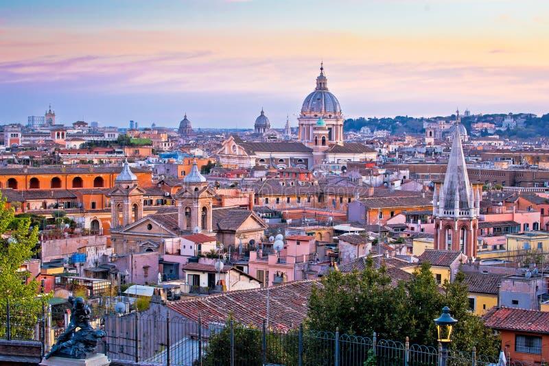 Opini?n colorida de la puesta del sol de los tejados y de las se?ales de Roma imágenes de archivo libres de regalías