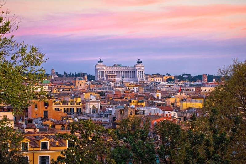 Opini?n colorida de la puesta del sol del paisaje urbano de Roma fotos de archivo