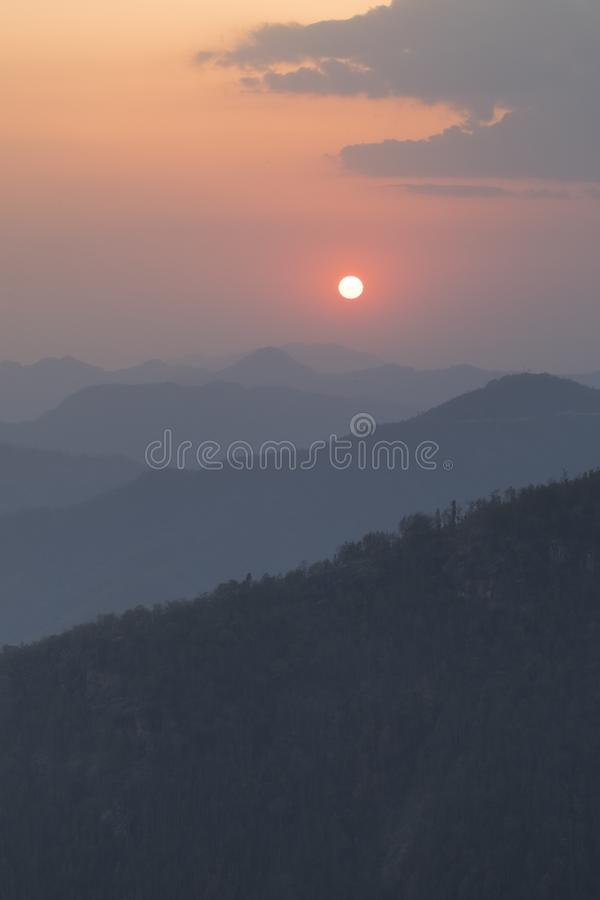 Opinión colorida de la puesta del sol del punto de vista del tophill de Bandipur fotos de archivo