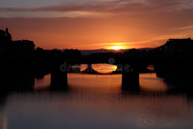Opinión colorida de la puesta del sol del río de Arno en Florencia, Italia imagen de archivo libre de regalías