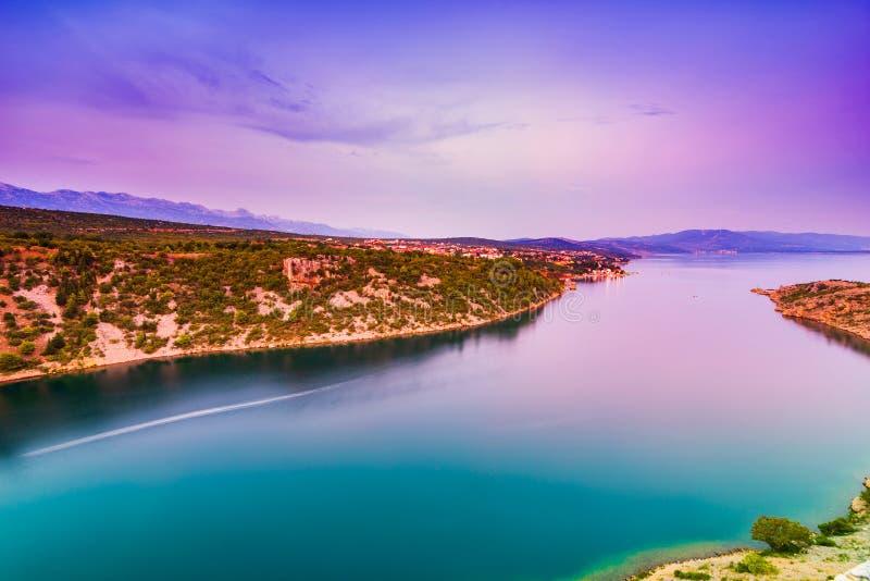 Opinión colorida de la puesta del sol sobre ciudad del mar y de Maslenica de Novigrad en Dalmacia, Croacia imágenes de archivo libres de regalías