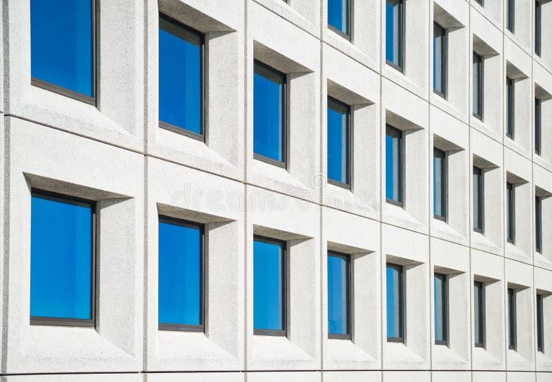 opinión completa del marco de la casa blanca moderna con las ventanas azules fotos de archivo
