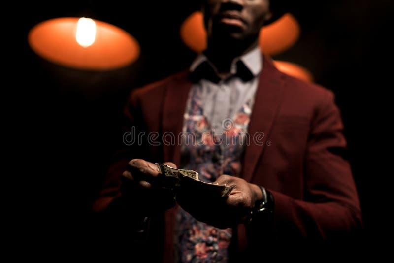 opinión cosechada el hombre afroamericano rico imagen de archivo