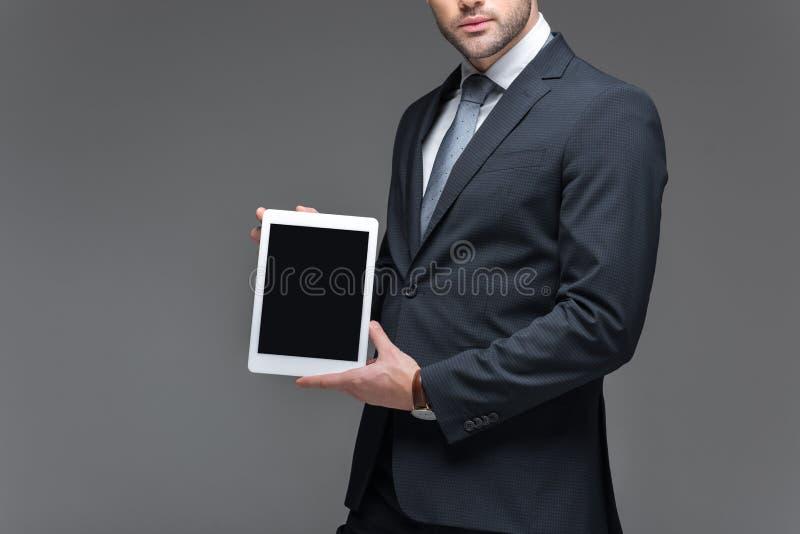 opinión cosechada el hombre de negocios que presenta la tableta digital, imagen de archivo