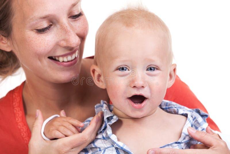 Opinión cosechada la mujer caucásica y su hijo del bebé foto de archivo