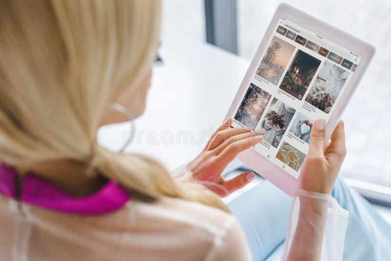opinión cosechada la mujer que usa la tableta digital foto de archivo