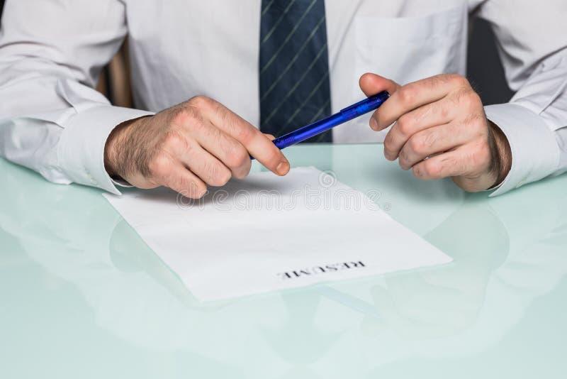 Opinión cosechada Person Completing Application Form para conseguir el trabajo foto de archivo libre de regalías
