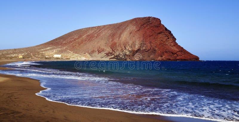 Opinión costera hermosa Playa de la Tejita con Montana Roja Red Mountain Playa de Tejita del La en el EL Medano, Tenerife fotos de archivo libres de regalías