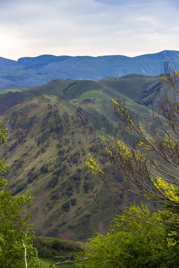 Opinión cubierta del canto de las montañas francesas de los Pirineos en mayo foto de archivo libre de regalías