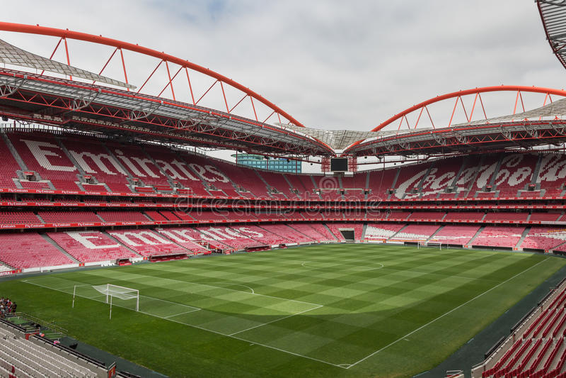 Opinión DA Luz Stadium: Asiento vacío rojo y echada verde del fútbol imagen de archivo libre de regalías