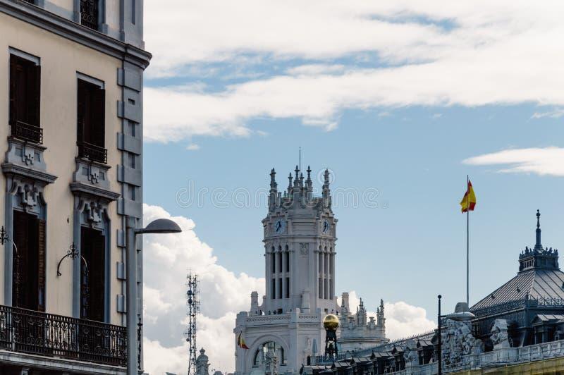 Opinión de ángulo bajo de edificios en Gran vía la calle en Madrid imágenes de archivo libres de regalías