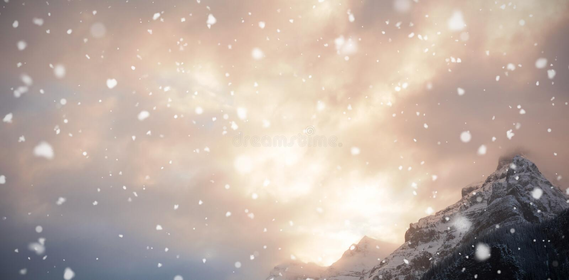 Opinión de ángulo bajo de la montaña nevada fotografía de archivo