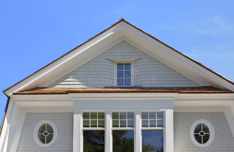 Opinión de ángulo bajo de los pisos superiores de la casa imagenes de archivo