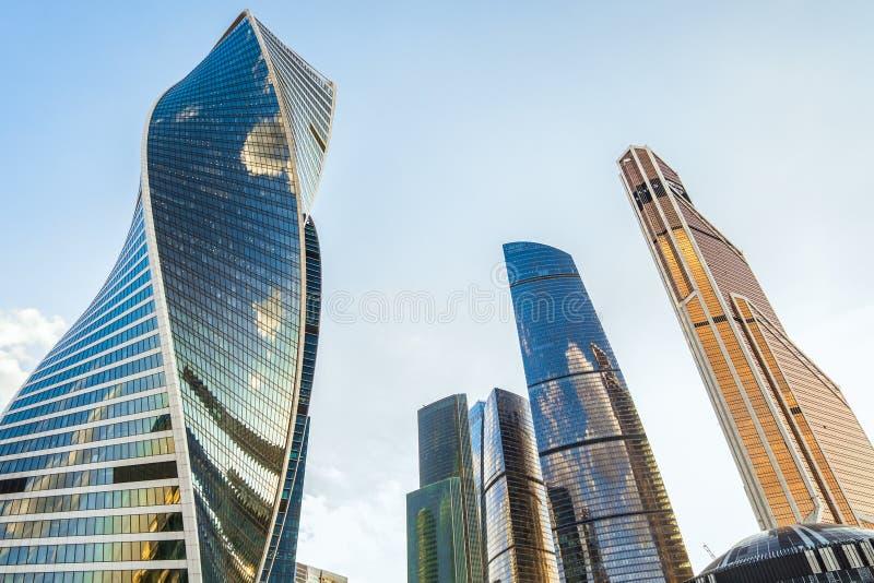 Opinión de ángulo bajo del centro de negocio internacional de la Moscú-ciudad de los edificios foto de archivo
