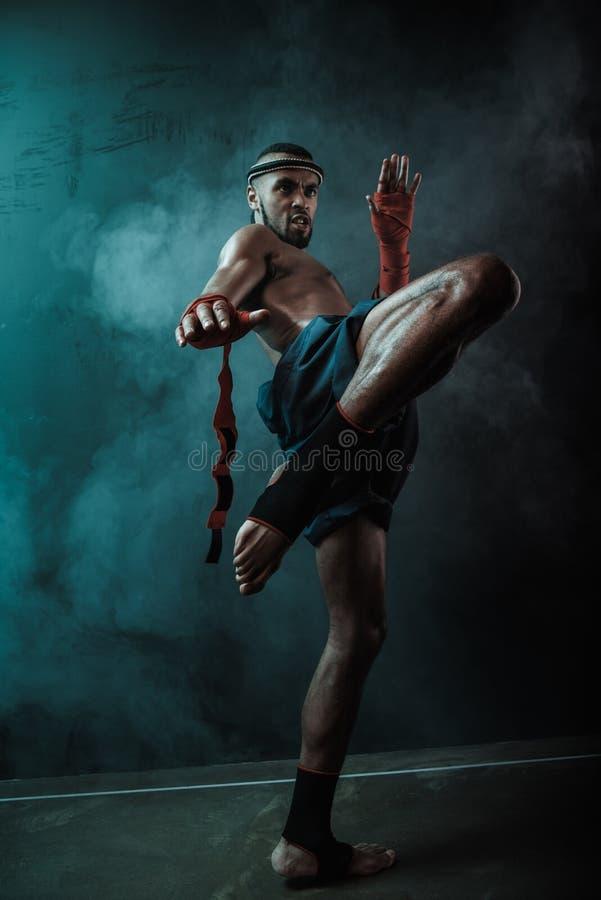Opinión de ángulo bajo del combatiente tailandés resuelto de Muay que entrena al boxeo tailandés fotografía de archivo libre de regalías