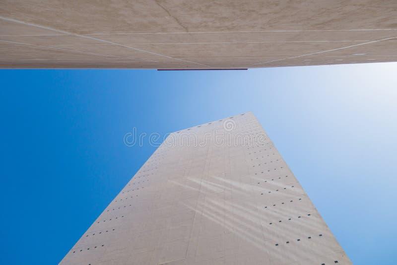 Opinión de ángulo bajo del edificio de la oficina de negocios foto de archivo libre de regalías