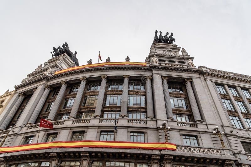 Opinión de ángulo bajo del edificio de oficinas clásico español en Madrid fotografía de archivo
