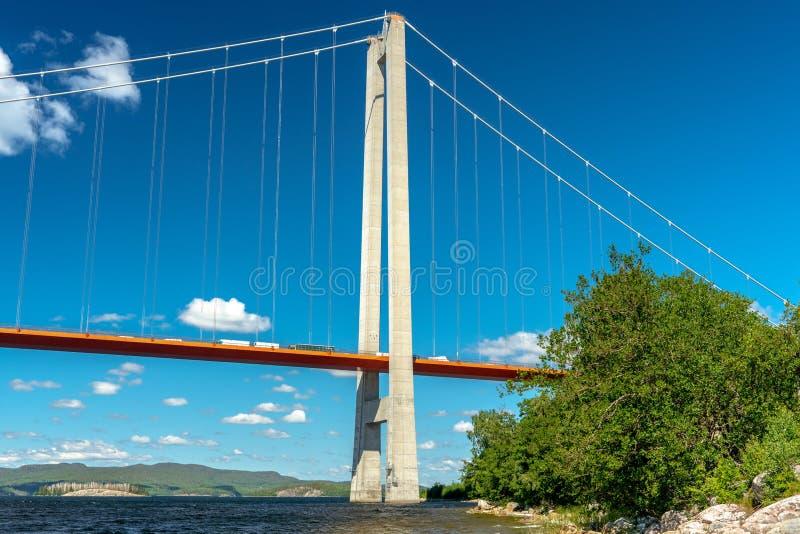 Opinión de ángulo bajo del puente en la alta costa en Suecia fotografía de archivo
