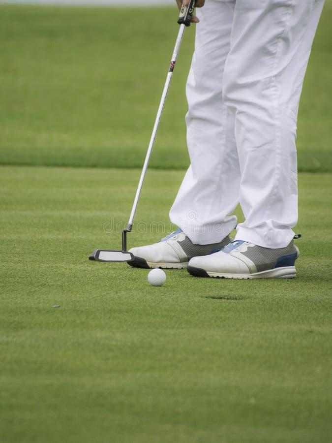 Opinión de ángulo bajo el golfista en poner imagen de archivo libre de regalías