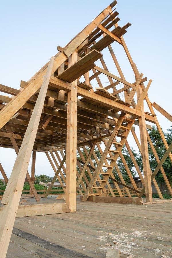 Opinión de ángulo bajo miembros que enmarcan en el hogar de madera del marco bajo construcción fotografía de archivo libre de regalías