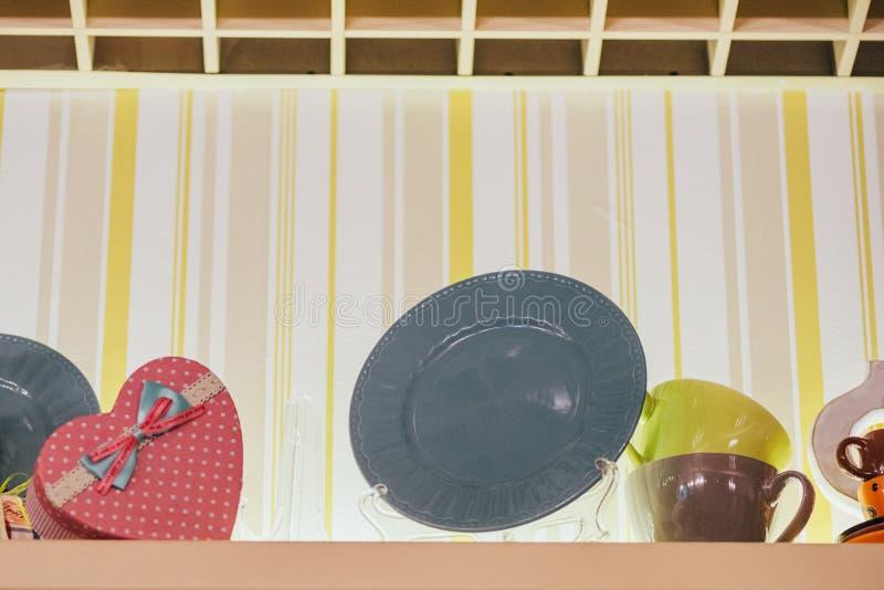 opinión de ángulo bajo de placas decorativas, de tazas y de la caja en forma de corazón fotografía de archivo libre de regalías
