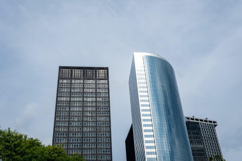 Opinión de ángulo bajo de rascacielos en el distrito financiero de Nueva York, los E.E.U.U. - imagen fotos de archivo libres de regalías