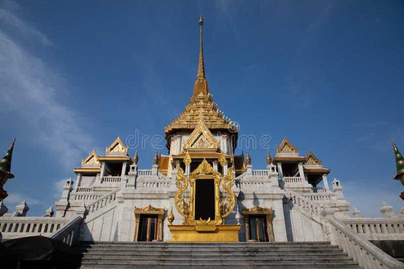 Opinión de ángulo bajo de una entrada de un templo de Buda en Bangkok foto de archivo