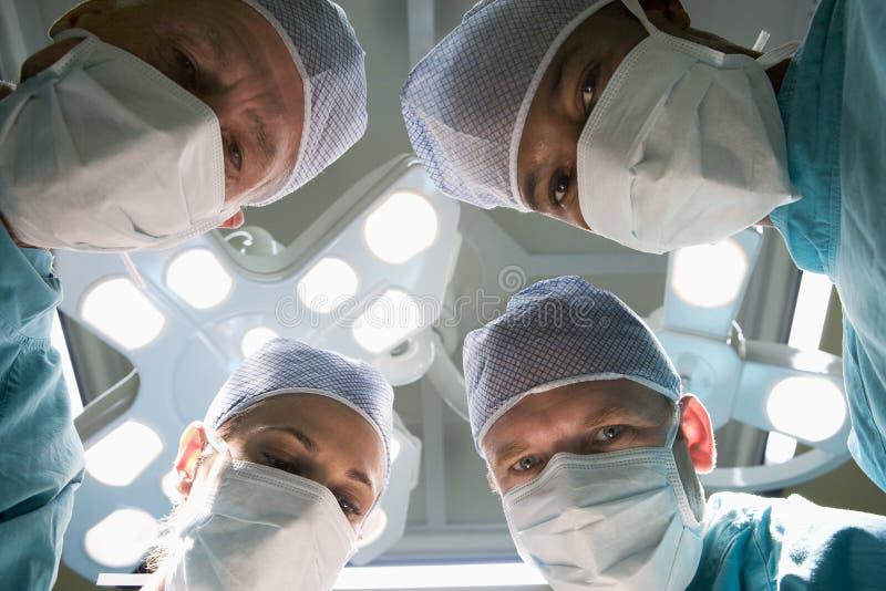 Opinión de ángulo inferior cuatro cirujanos fotografía de archivo