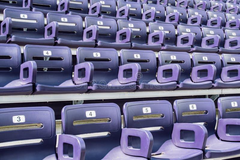 Opinión de ángulo púrpura de asientos del estadio fotografía de archivo libre de regalías