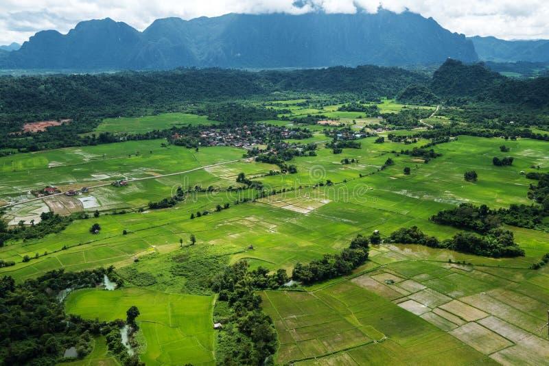 Opinión de alto ángulo ajardinada del campo Vang Vieng en Laos fotografía de archivo