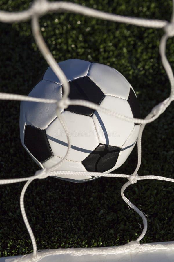 Opinión de alto ángulo de la bola y de la red de fútbol imágenes de archivo libres de regalías