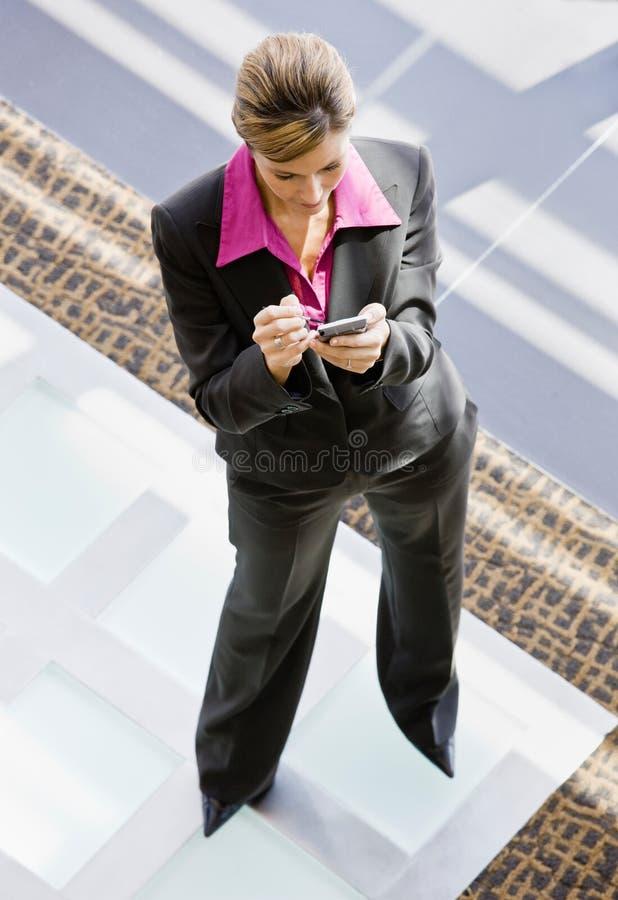 Opinión de alto ángulo de la escritura de la mujer en organizador fotos de archivo libres de regalías