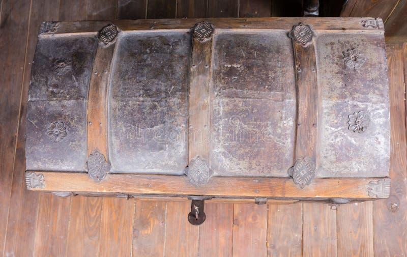 Opinión de alto ángulo del cofre del tesoro con la cerradura abierta imagen de archivo