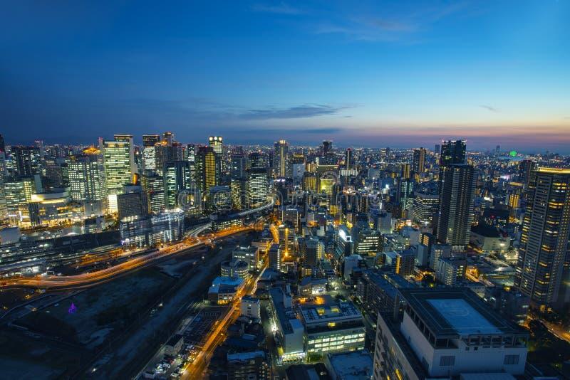 Opinión de alto ángulo del rascacielos urbano de Osaka en el crepúsculo hermoso foto de archivo libre de regalías
