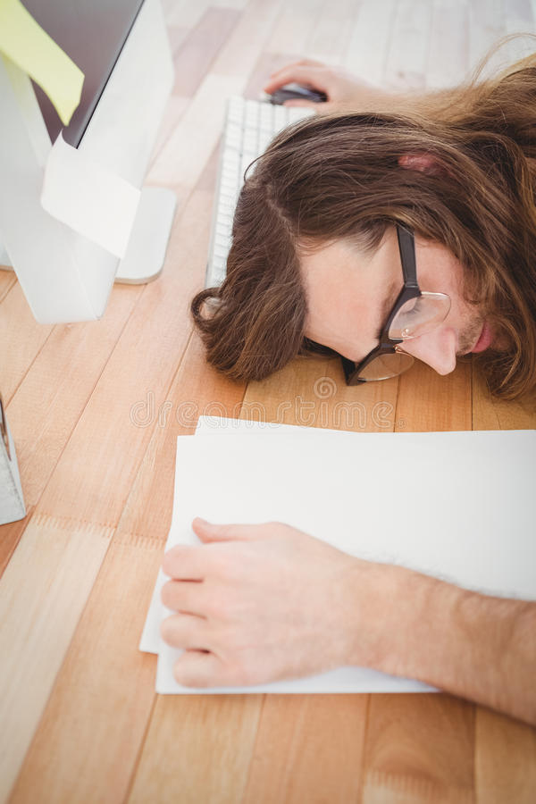 Opinión de alto ángulo el inconformista cansado que descansa en el escritorio fotografía de archivo